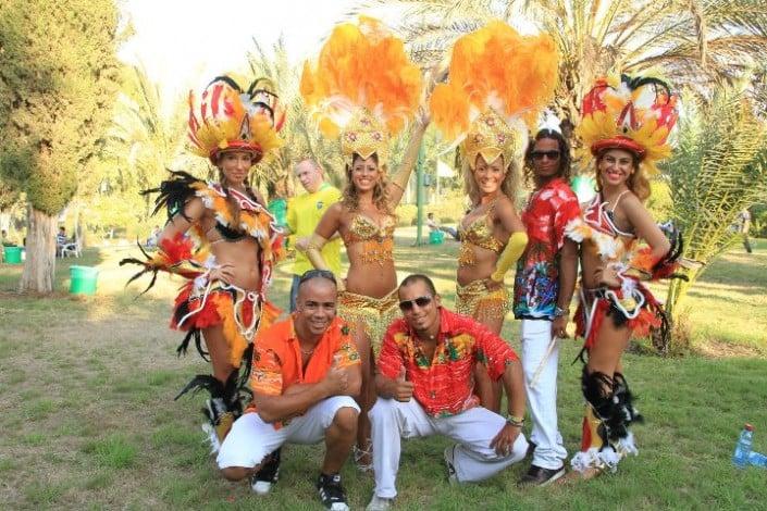 תהלוכת סמבה - להקת אנסדאנס - רקדניות ברזילאיות ומתופפי בטוקדה