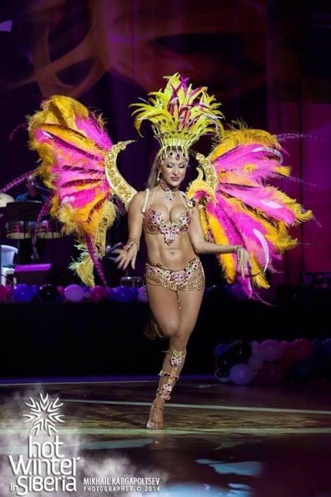 רקדנית סמבה ברזילאית - אנהסליה דה-סילבה בהופעה ברוסיה