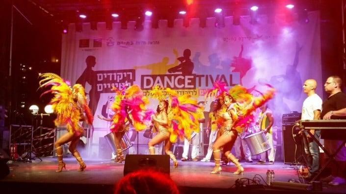 להקת רקדניות ברזילאיות במופע SAMBA