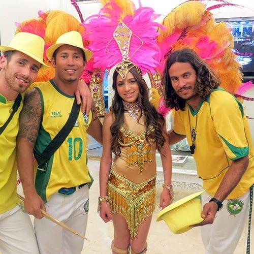 להקה ברזילאית לבת מצווה עם רקדני קפואירה, בטוקדה ורקדניות ברזילאיות